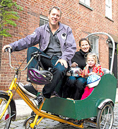 Gia đình Colin giờ quen đi lại bằng xe lôi đạp. Ảnh: Yesmagazine.